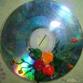 Пластилин.  Стек.  Бисер.  Зубочистка или тонко отточенная спичка.  Основа (испорченные диски, старые пластинки...