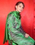 В костюме пакистанки