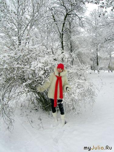 Снегурочка в зимнем парке
