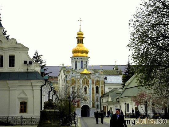 Троицкая надвратная церковь, кельи. Вид со стороны колокольни.