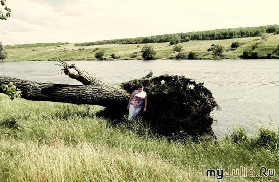 Фиона рядом с корнем дерева