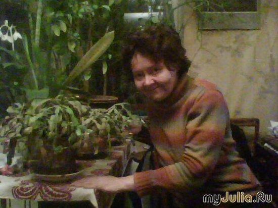 Дома у мужа в его комнатном саду...