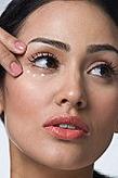 Как правильно ухаживать за кожей вокруг глаз