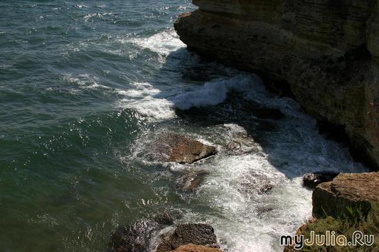 Скалы, море...