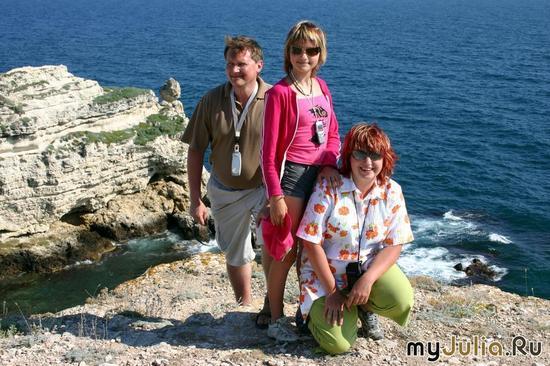Катя & Co на фоне скалы Катерины