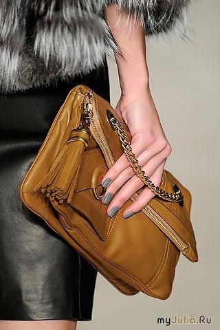 Совет стилиста: носите такие сумочки как клатч в руке или подмышкой...