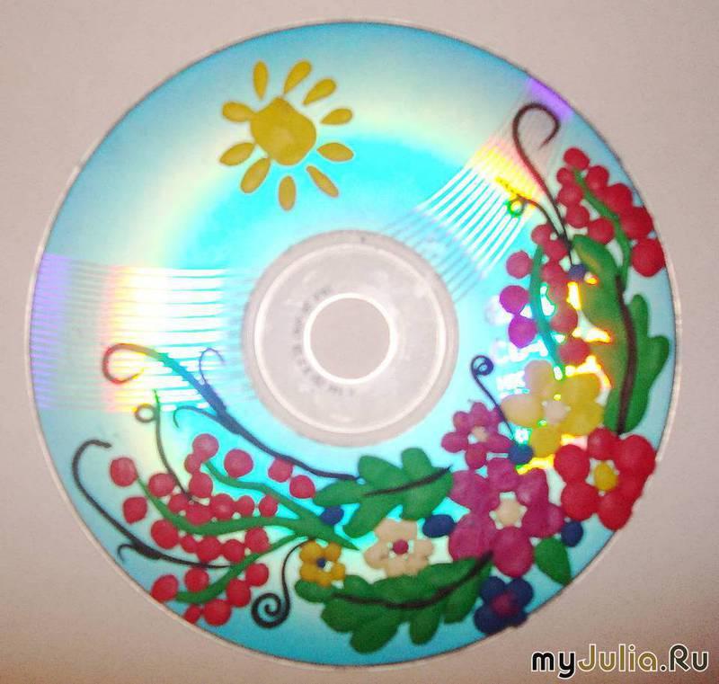 Вот такие поделки можно сделать из испорченных дисков и пластилина.  Мы их делали с дочей, а потом дарили вместо...