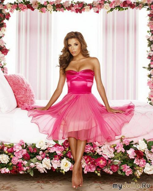 Женщина в розовом платье