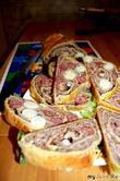 Мясной рулет с перепелиным яйцом и охотничьими колбасками