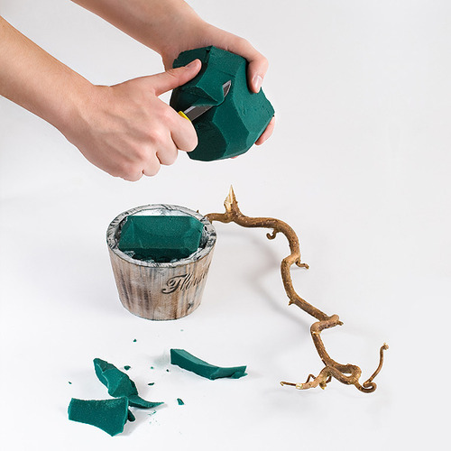 Разве может быть новогоднее дерево без инея.  Разумеется, нет.  Смочим веточки хвои в воде и обваляем в сахарном...