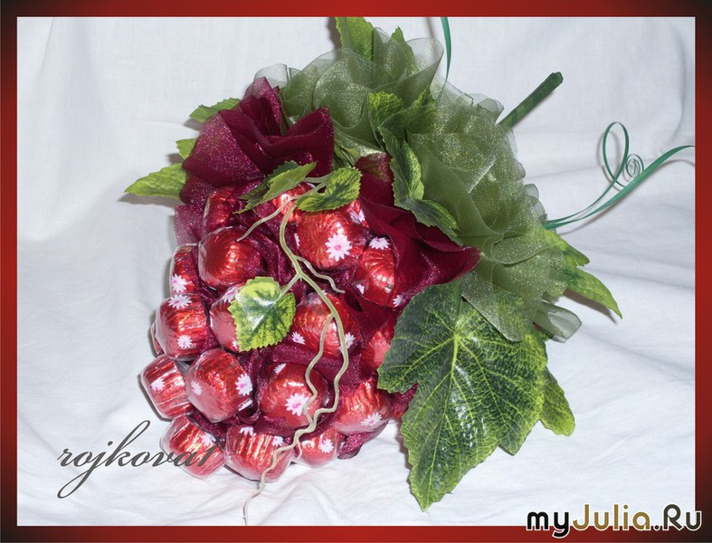 Гроздь винограда из конфет