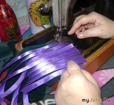 Так же сделайте и с поперечными полосками ленты, другого цвета и сплетите ленточки, как корзинку.
