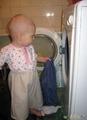 Помогаю развешивать белье