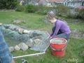 помогаю делать пруд