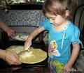 С бабушкой готовим пиццу.
