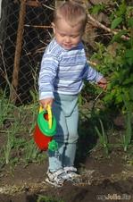 Сынок поливает огород