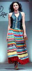 Для этого стиля характерны юбки с оборками, воланами и шлейфами, также блузки, завязывающиеся на пупке узлом.