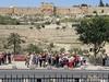 Группа паломников на Масличной Горе перед Церковью всех наций.