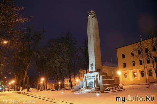 памятник свободы в центре города