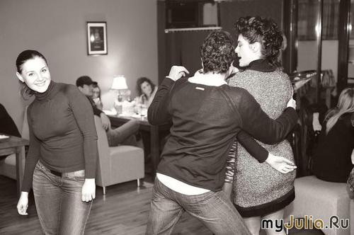 А я в стороночке танцую