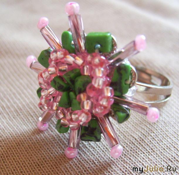 Как украсить кольцо из бисера.