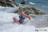 Волна сбивает с ног