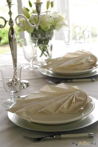 Нарядная и оригинально сложенная салфетка придаст даже скромному столу особенно...