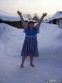 Босиком по снегу ходим, из себя всю хворь выводим! Для здоровья, не для славы - эти зимние забавы!