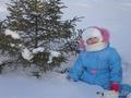 Снегурочка в сугробе у елки!