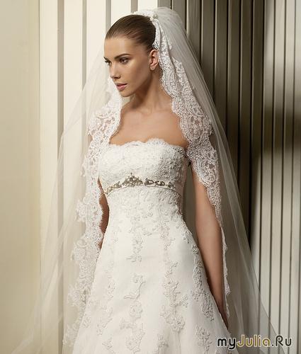 Обычно в руках невесты находится букет, уникальный, тщательно подобранный в соответствии с оттенком платья, стилем, направлением свадьбы. Из аксессуаров