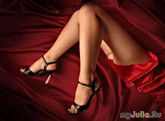 Гладит свои ноги фото 545-705