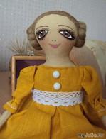 Кукла в платье цвета горчицы