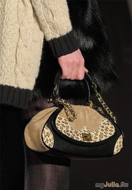 На фото модели демонстрируют Модные сумки осени 2011.