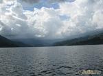 Шторм на озере в горах