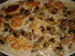 Куриные котлетки под белым грибным соусом
