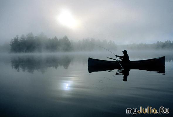 рыбак с удочкой на лодке