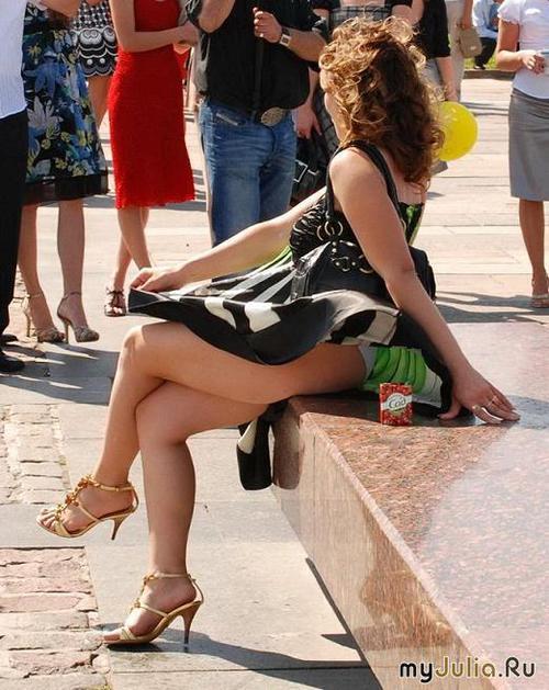 Женщины задирают платья и юбки фото 32-926