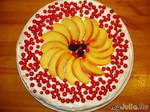 Творожно-сливочный торт со смородиной и персиком