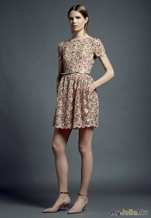 Короткое платье с пышной юбкой с рукавом