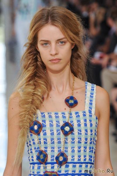 А бренд Balmain прелагает прическу из одной короткой косы: просто и мило.