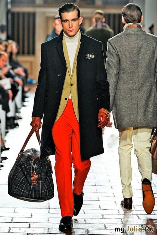 Стиль парня очень яркий и неординарный. Не каждый мужчина осмелится одеть красные брюки - за что ему отдельное уважение