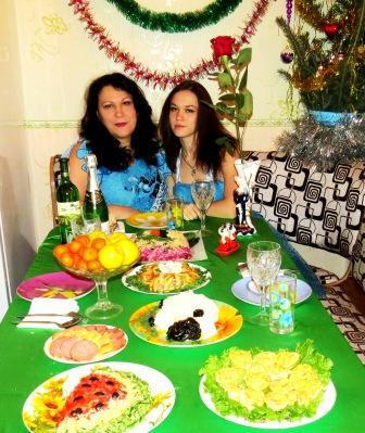 с дочей за праздничным столом