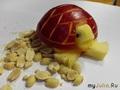 Черепашка из красного яблока