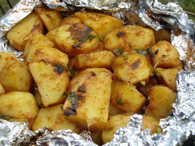 Картошка в фольге в углях