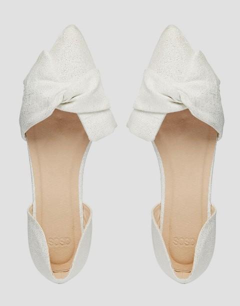 593080071 Посмотрите, как элегантны эти белые туфли с заостренным носом, боковым  вырезами и мягкими бантами, скрученными посередине.