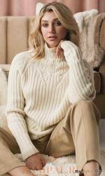 Вязаный спицами пуловер «реглан» выполнен резинкой и украшен рисунком со жгутами.