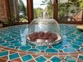 Мини-мини шоколадный Брауни на Пасху под колпаком, будет ожидать подачу на стол