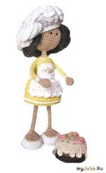 """Вязаная игрушка крючком. Кукла """"Кондитер с тортом"""""""