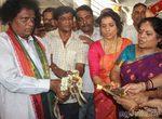 Сотни индийцев присутствуют на свадьбе двух лягушек